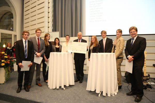 Scheckübergabe - 2.000 Euro für den zweiten Platz