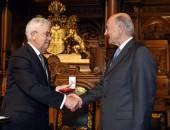 Wirtschaftssenator Frank Horch übergibt den Verfassungsportugaleser an den Vorstandsvorsitzenden Herrn Gunter Mengers