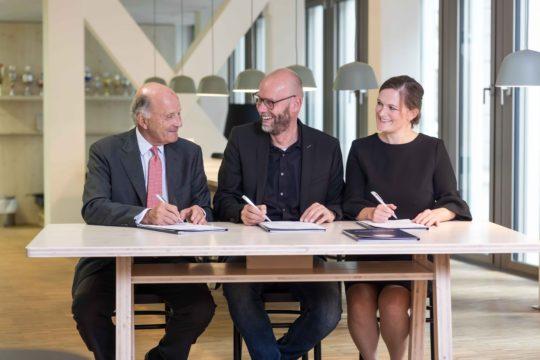 Gunter Mengers, Vorsitzender der VEEK, mit Dr. Uve Samuels, Geschäftsführer der HSBA, und Svenja Köster, Vorsitzende der HSBA Alumni Association (Foto: HSBA)
